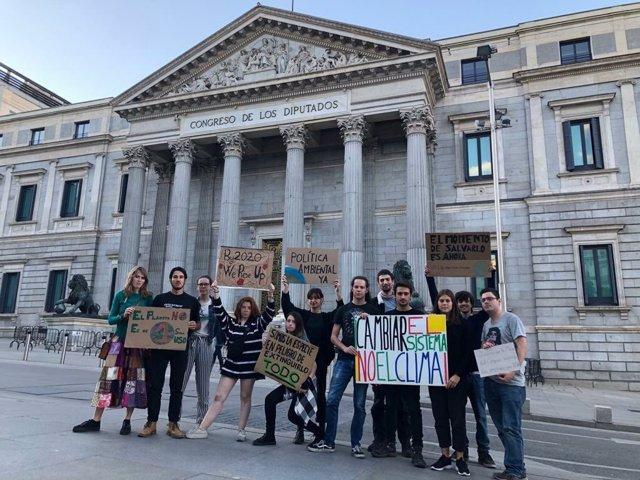 Una veintena de Jóvenes por el Clima pasan la noche frente al Congreso en apoyo a sus compañeros de Bruselas