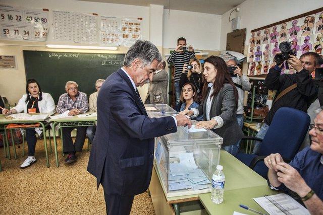 El candidato del PRC a la Presidencia de Cantabria, Miguel Ángel Revilla, votand
