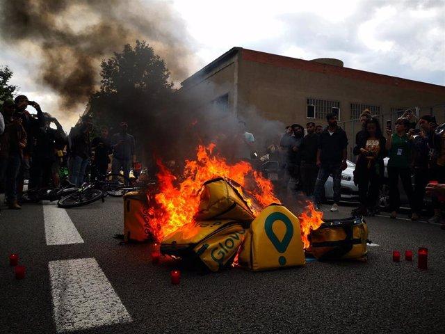 Unos 100 repartidores se concentran ante Glovo por la muerte de un compañero en Barcelona