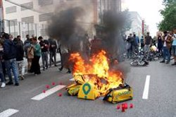 Tensió en la protesta d'un centenar de repartidors de Glovo després de la mort d'un company (ACN)