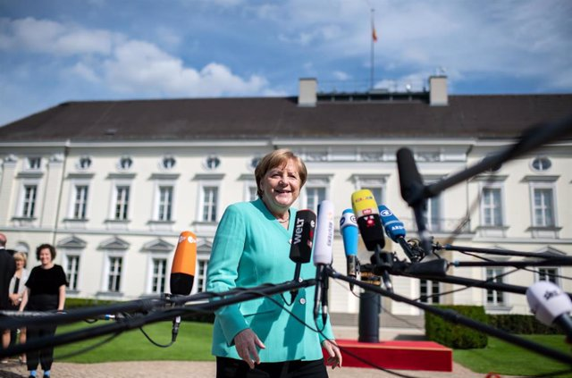 Ucrania.- Merkel traslada a Zelenski su deseo de retomar las conversaciones de paz sobre el este de Ucrania