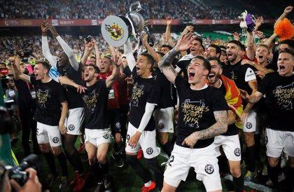 El Valencia presume de Copa por toda la ciudad y en un Mestalla abarrotado