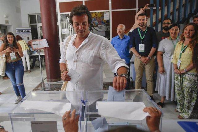 El candidato de Adelante Cádiz a la Alcaldía, José María González 'Kichi' y la coordinadora general de Podemos Andalucía, Teresa Rodríguez, acuden a votar