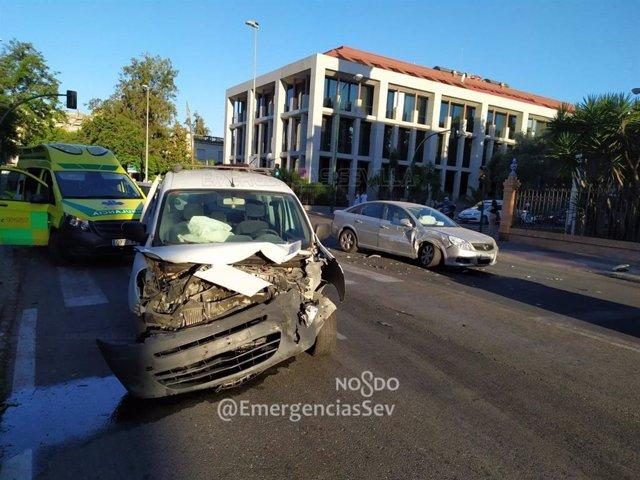 Sevilla.- Sucesos.- Heridas dos personas tras una colisión frontal entre dos vehículos en la capital