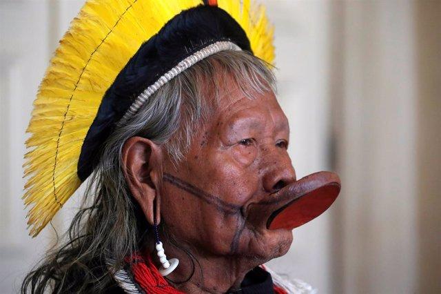 El papa se reúne con Raoni, líder indígena de la Amazonía