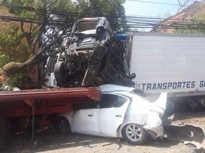 Cuatro muertos y 14 heridos después de que un camión embistiera a varios vehículos tras huir de la policía en México