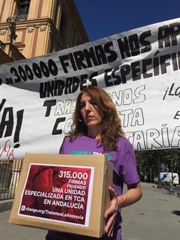 La madre de una joven con anorexia pide a la Junta con 315.000 firmas unidades especializadas en la enfermedad