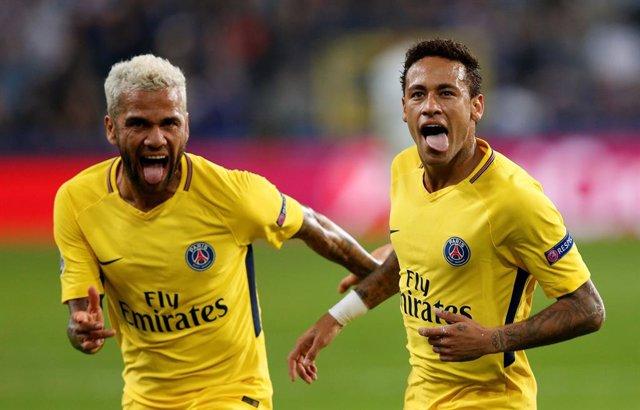 Dani Alves y Neymar celebran un gol con el PSG