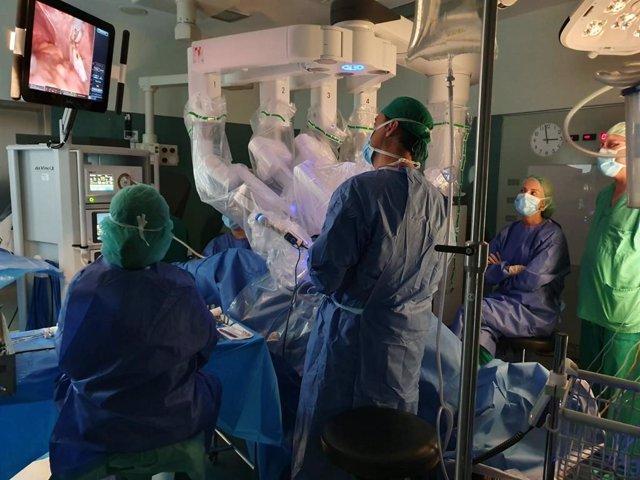 Canarias.- El HUC incorpora ginecología en las intervenciones con el robot quirúrgico Da Vinci