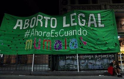 """Con un """"pañuelazo"""" se presentará este martes por octava vez el proyecto para legalizar el aborto en Argentina"""