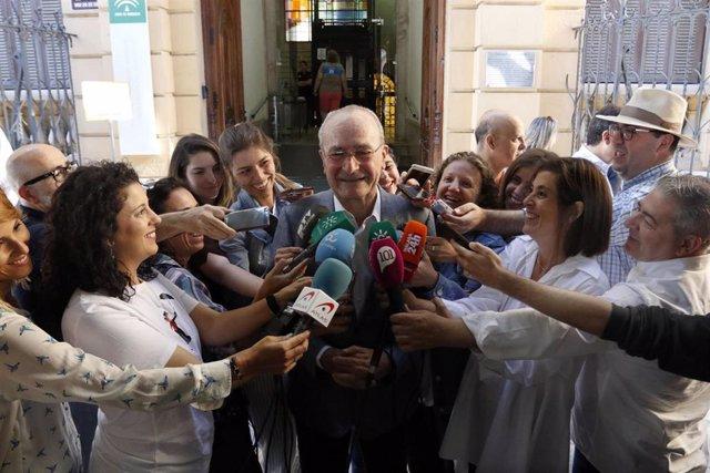 Ell alcalde y candidato del PP a la reelección, Francisco de la Torre, acude a votar.