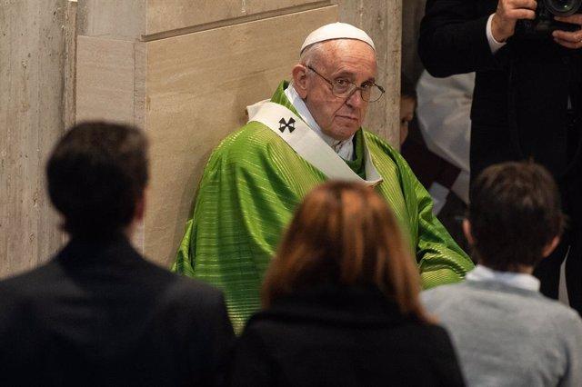 """El Papa critica en la Vigilia Pascual la """"psicología del sepulcro"""" que vive de la queja y recela de la """"fe de museo"""""""