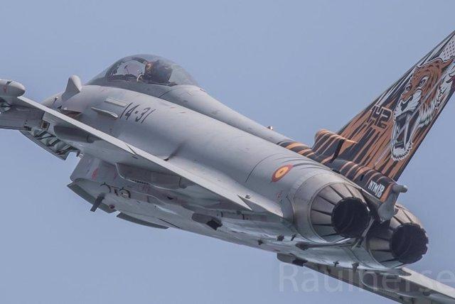 Sevilla.- Cazas Eurofighter y F-18, tanques, anfibios y helicópteros de combate en el desfile de las Fuerzas Armadas