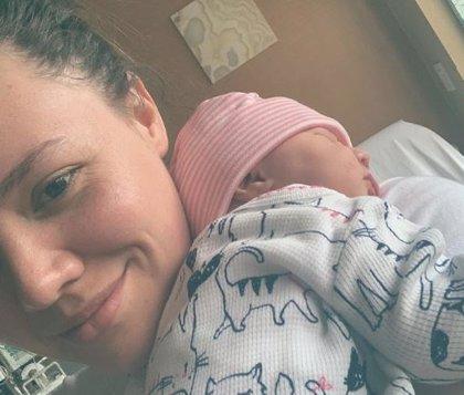 Joy Huerta se convierte en madre por primera vez y presenta a su hija Noah