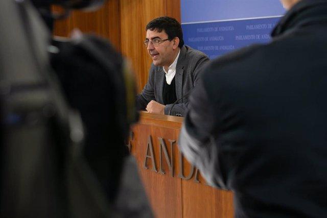 El portavoz del Grupo Socialista del Parlamento de Andalucía, Mario Jiménez, atiende a los medios de comunicación.