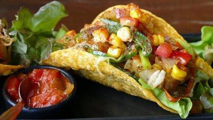 Reparten tacos gratis en un local mexicano para consolar a todos los usuarios de Huawei
