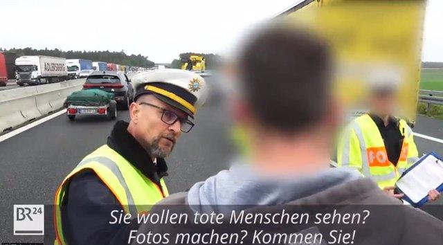 Un policía obliga a los conductores que hacen fotos y vídeos de accidentes a verlos de cerca