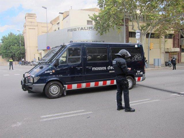 Furgoneta de la Brigada Móvil y antidisturbio de Mossos