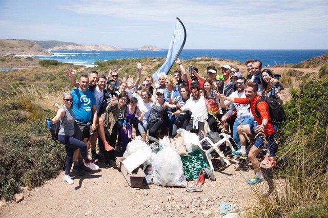 Algunes platges de Menorca acullen el 'Plogging', córrer amb una bossa de plàstic per omplir-la amb escombraries del recorregut
