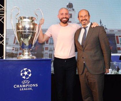 Camisetas de Di Stéfano, Maradona o Messi, en la Real Casa de Correos de Madrid con motivo de la final de la Champions