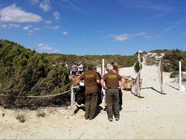 Agentes de Medio Ambiente piden a los asistentes de la celebración Parque Natural de Es Trenc que abandonen la zona