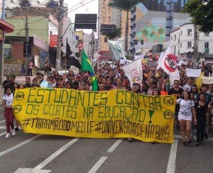 Miles de estudiantes y profesores se manifiestan en Brasil contra los recortes educativos del Gobierno de Bolsonaro