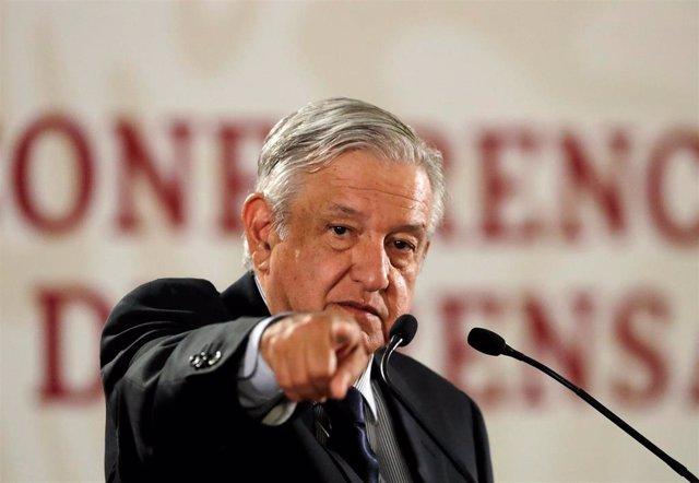 """López Obrador llama a la """"no violencia"""" tras el envío de un libro bomba a una senadora mexicana"""