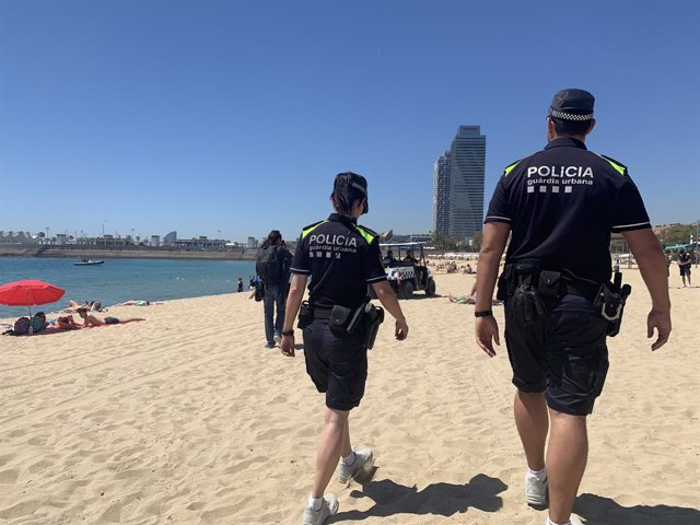 AMP.- La Gurdia Urbana apella a la collaboració ciutadana per reduir la venda ambulant en platges barcelonines