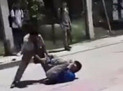 Graban a un profesor golpeando con un cinturón a dos alumnos enzarzados en una pelea