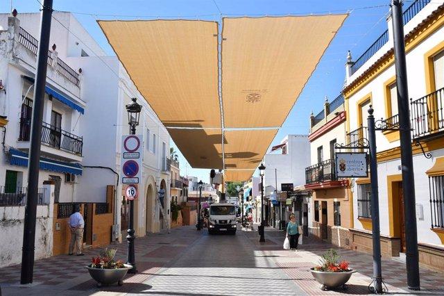 """Sevilla.- Tomares adelanta la instalación de sus toldos en el centro por la """"temprana"""" irrupción del calor"""
