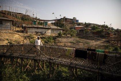 Los hombres que luchan contra la violencia sexual en los campos de refugiados rohingyas