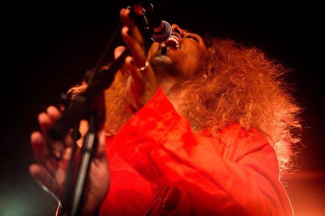 La intérprete 'trans' Liniker y su banda 'Os Caramelows' llevarán su música negra brasilera a Naves Matadero