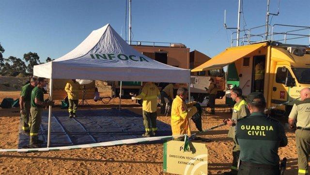 Huelva.- Sucesos.- Cientos de bomberos y siete medio aéreos continúan trabajando en la extinción del incendio de Beas