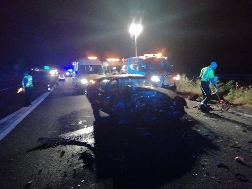 AMP2.-Un fallecido y cuatro heridos, entre ellos dos menores, en un accidente provocado por un 'kamikaze' en Oza-Cesuras