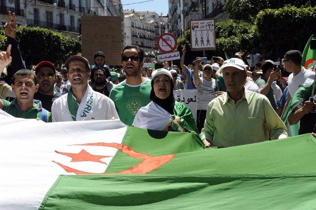 Argelia.- Cientos de miles de personas protestan en Argelia para pedir la dimisión del presidente y el primer ministro
