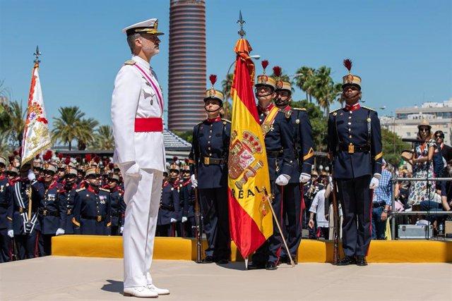 Llos Reyes de España presiden la parada militar y el desfile con motivo del Día de las Fuerzas Armadas