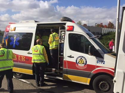 Muere un motorista en Vicálvaro tras perder el control de su vehículo y ser arrollado por un camión grúa
