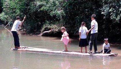 Niños colombianos tienen que cruzar un río lleno de caimanes para ir al colegio
