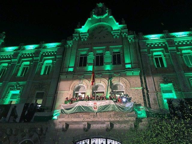 Los jugadores del Racing celebran el ascenso a Segunda con miles de aficionados en la Plaza del Ayuntamiento
