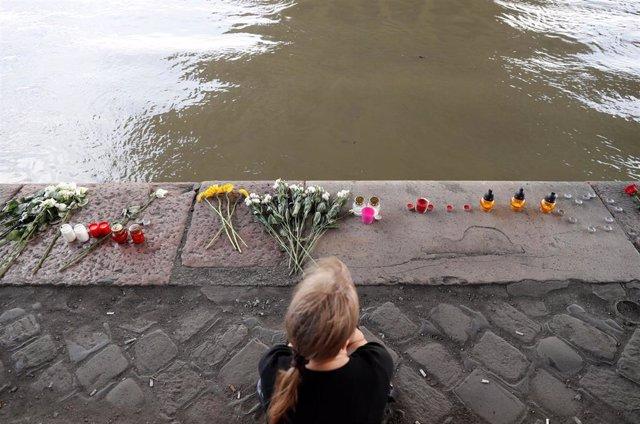 Hungría.- Un equipo de buzos rastrea la zona del Danubio donde se hundió el barco turístico