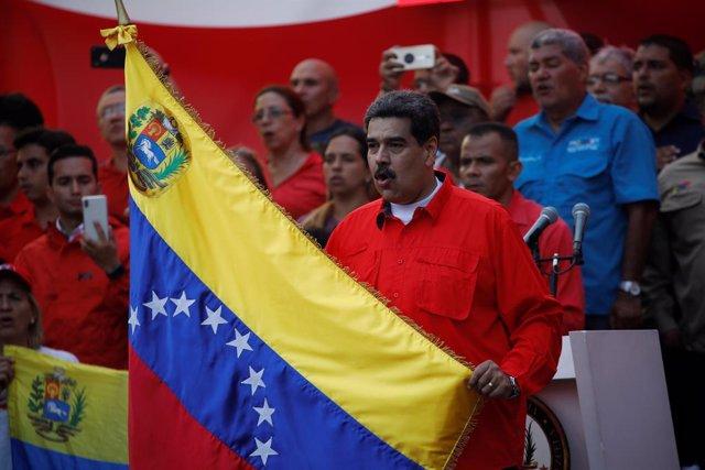 Los seguidores de Nicolás Maduro celebran en las calles caraqueñas el primer aniversario de su reelección