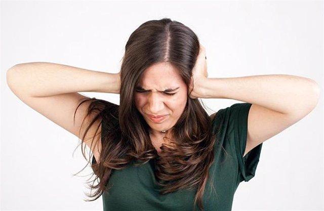 Describen un mecanismo que explica por qué se pierde temporalmente la audición al escuchar ruidos fuertes