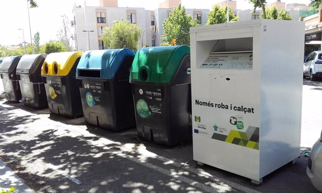 Los contenedores de ropa de Cáritas y Fundación Deixalles recogen unas 678 toneladas de prendas de segunda mano en 2018