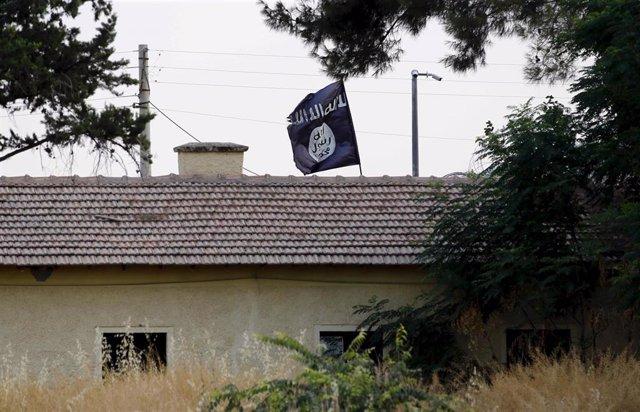Bandera del Estado Islámico en la ciudad siria de Jarablus