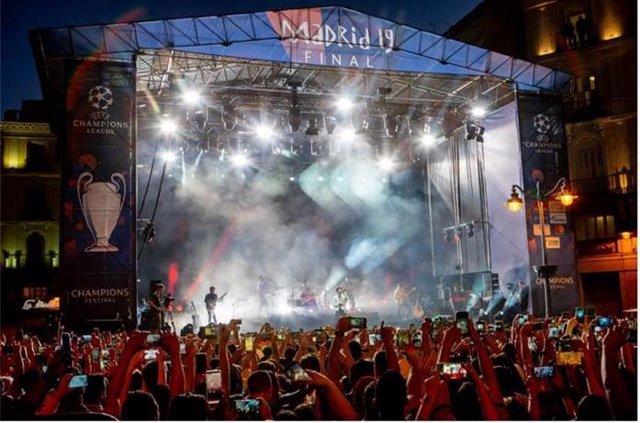 Sebastián Yatra llena la Puerta del Sol de Madrid en el UEFA Champions Festival