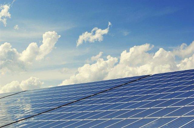 Solución a una 'trampa' que limita la eficiencia de los paneles solares