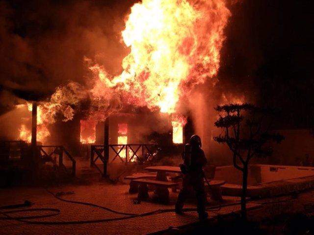 Alicante.- Sucesos.- Un incendio calcina dos viviendas prefabricadas en la partida de Derramador en Elche