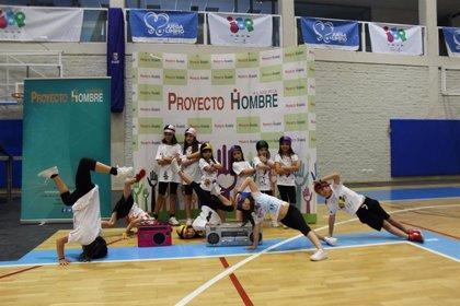 Más de mil personas bailan en Almería contra las adicciones en el 'Dancing Day' de Proyecto Hombre