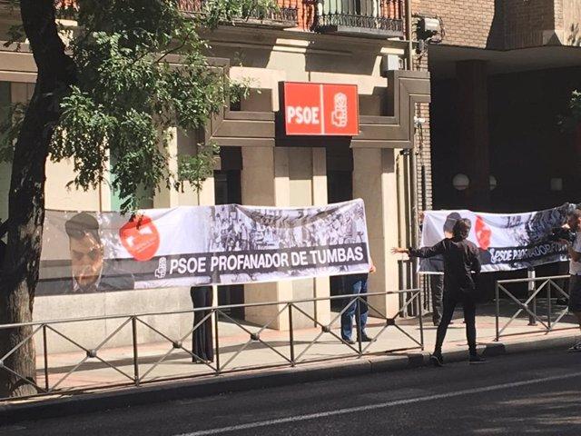 Pancartas contra la exhumación de Franco
