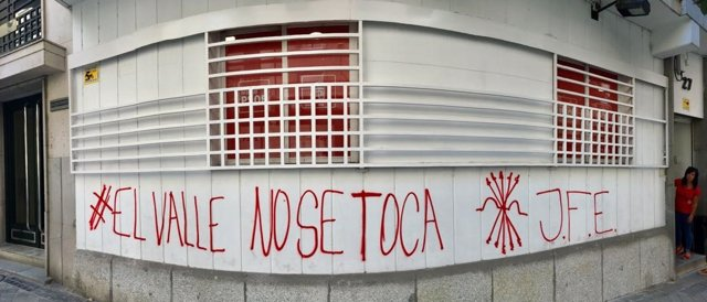 Pintada en contra de la exhumación de Franco en una agrupación del PSOE